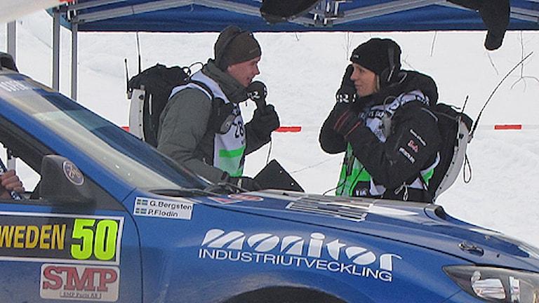 SR:s Christian Fryklund och Ramona Karlsson vid målgången vid Värmullsåsen. Foto: Ulla Walldén/SR