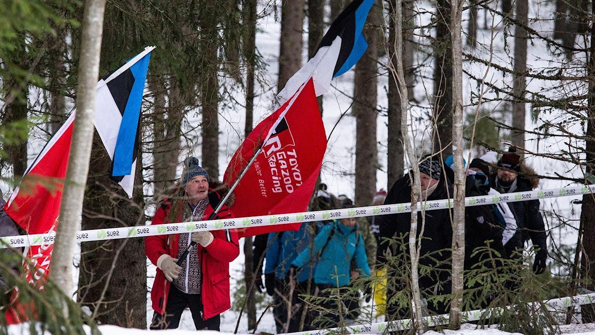 Rallypublik och flaggor. Foto: Isak Olsson/Sveriges Radio.