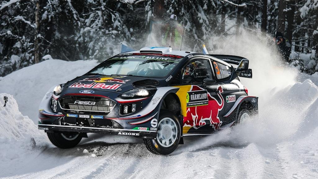 Teemu Sunninen i sin rallybil på snöiga vintervägar i Värmland. Foto: Örjan Bengtzing/Sveriges Radio.