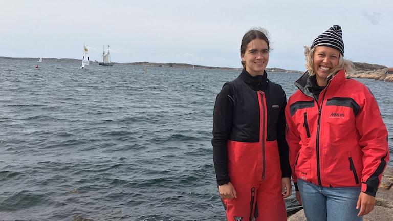 Marinella Laaksonen ja Antonia Degerlund Lysekilin Woman´s Matchracing- starttia odotellen, taustalla pari purjevenettä jo harjoittelee tuulisella merellä