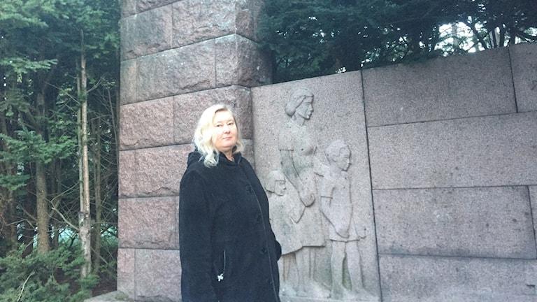 Marjo-Riitta Liukkonen ja aatteensa puolesta kaatuneiden muistomerkki Lahden Hennalassa