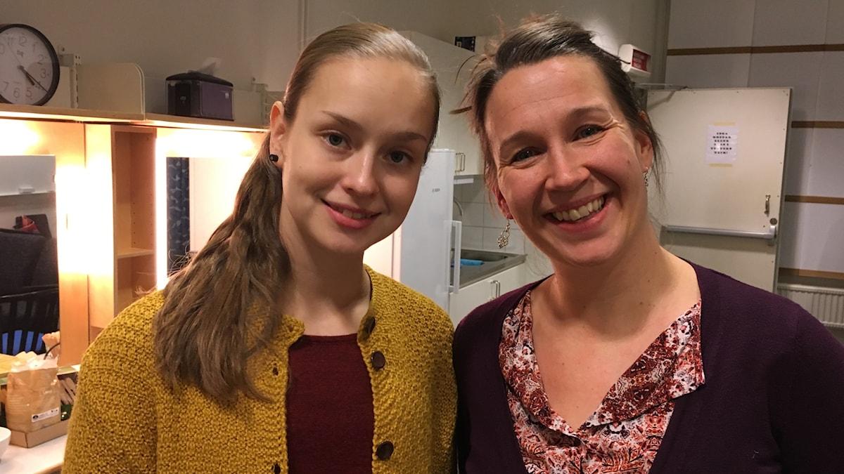 Veden muistista näytelmän näyttelijät Talvikki Eerola ja Heidi Syrjäkari