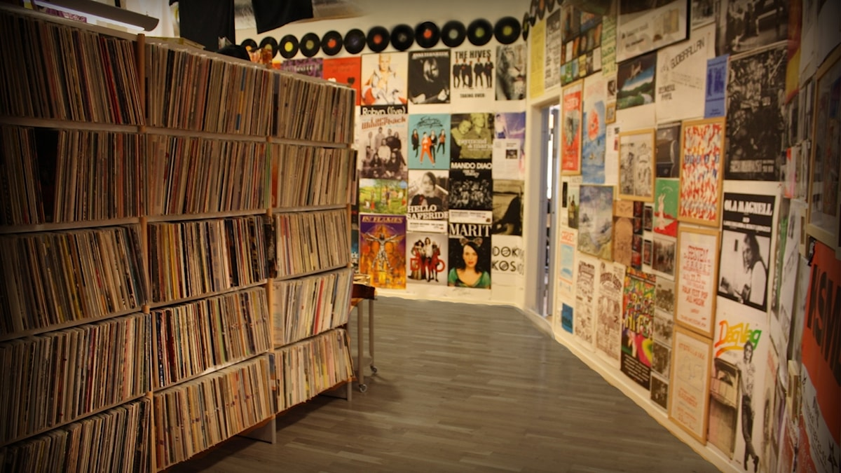 Arkiv med skivor i hyllor och albumomslag på väggarna.