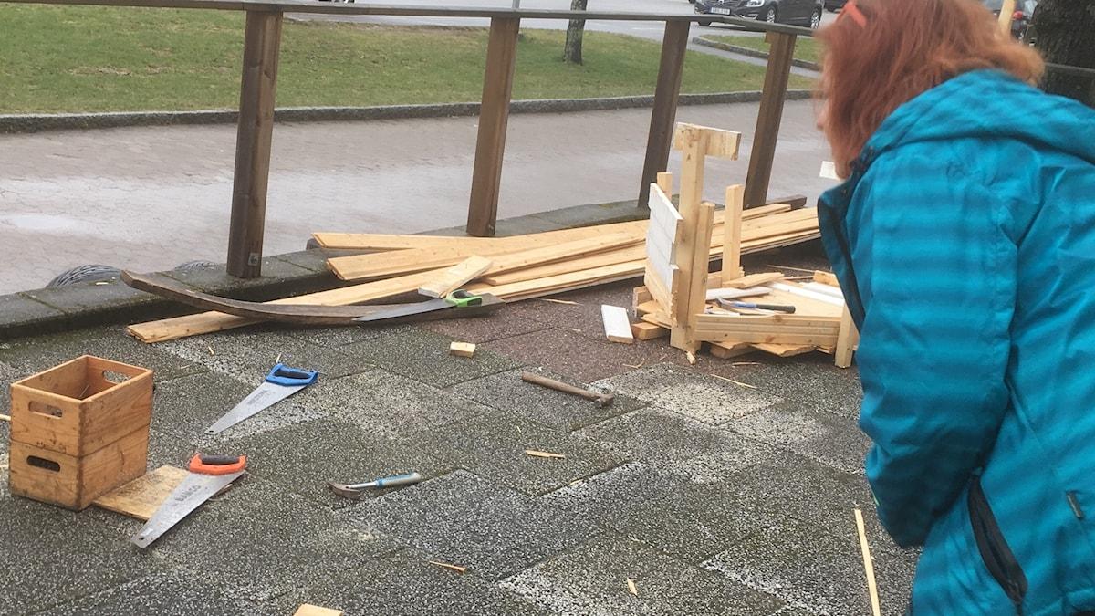 Tillitsverket, lasten rakennuspistettä tarkastelemassa Mai Lundell Lilla Edetissä