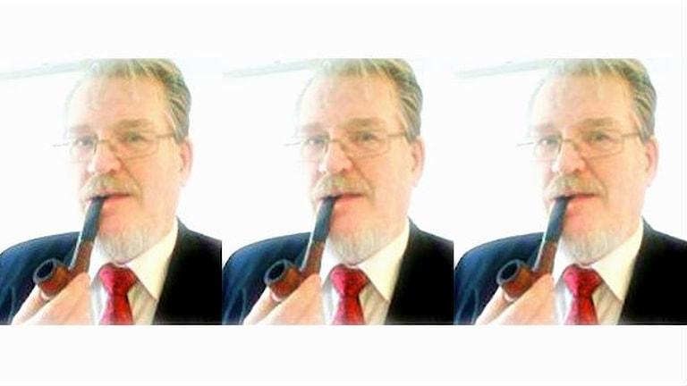 Kolmen kuvan kollaasi, Timo Kiviniemi piippu suussa kaikissa kolmessa kuvassa. Foto: Marjaana Kytö / Sveriges Radio Sisuradio