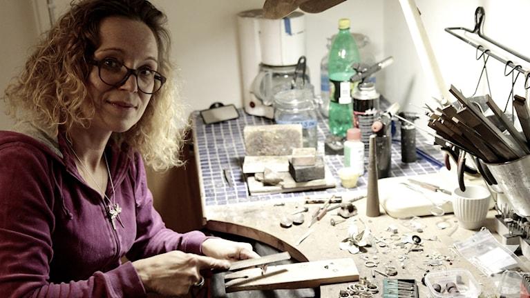 Riikka Jääskeläinen tekee hopeatöitä työpajassaan. Foto: Kai Rauhansalo