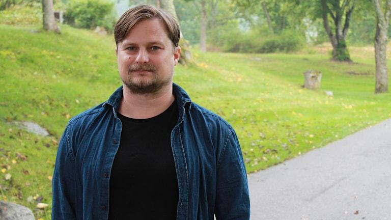 Jarmo Mänty, Kohtauspaikka-ohjelman juontaja, kuvattu ulkona. Foto: Irma-Liisa Pyökkimies / Sveriges Radio Sisuradio