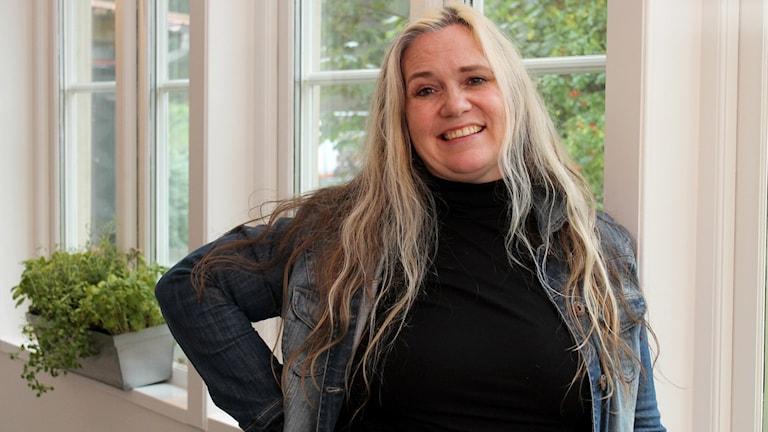 Johanna Dickson, Kohtauspaikka-ohjelman juontaja. Foto: Irma-Liisa Pyökkimies / Sveriges Radio Sisuradio