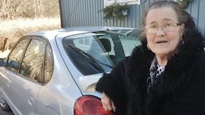 Marita Busk toteaa, että hevosella ei voi ajaa kaikkialla, autoa tarvitaan.