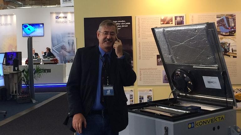 Nordliftin vientipäällikko Seppo Lindroth on kiireinen mies. Puhelin soi messuillakin.