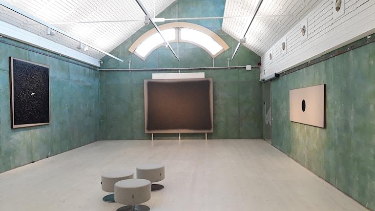 Paul Fägerskiöldin näyttelyn taulu Untitled pistää heti silmään.