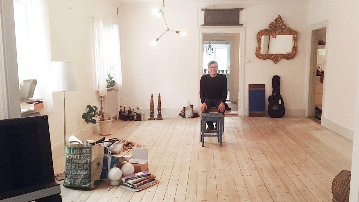 Hannu Sarenström istuu tyhjässä olohuoneessaan