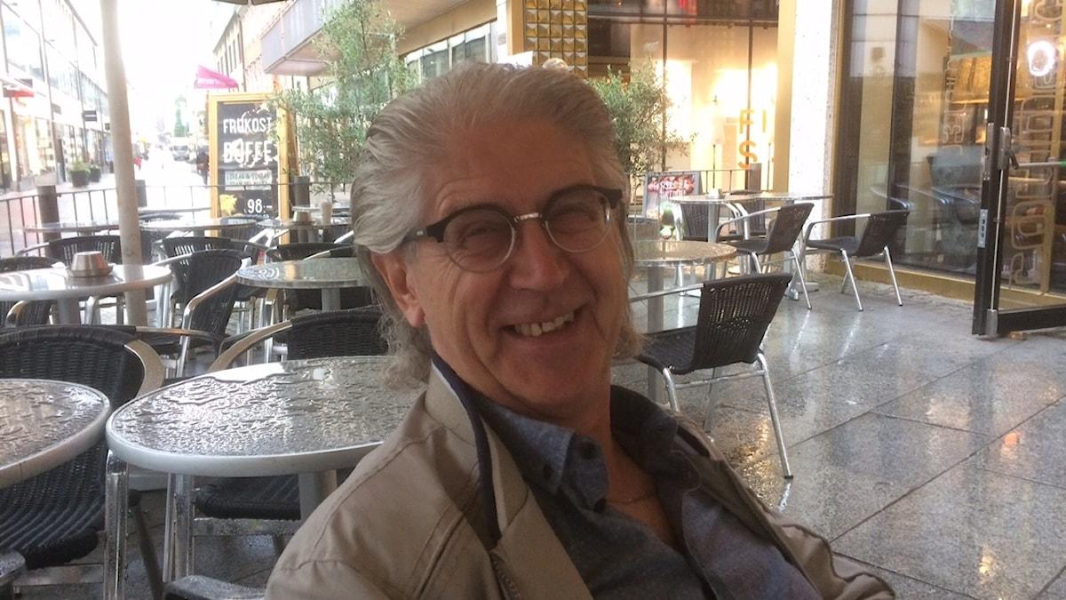 Tapio Suokas terassilla Göteborgissa, silmälasit päässä.
