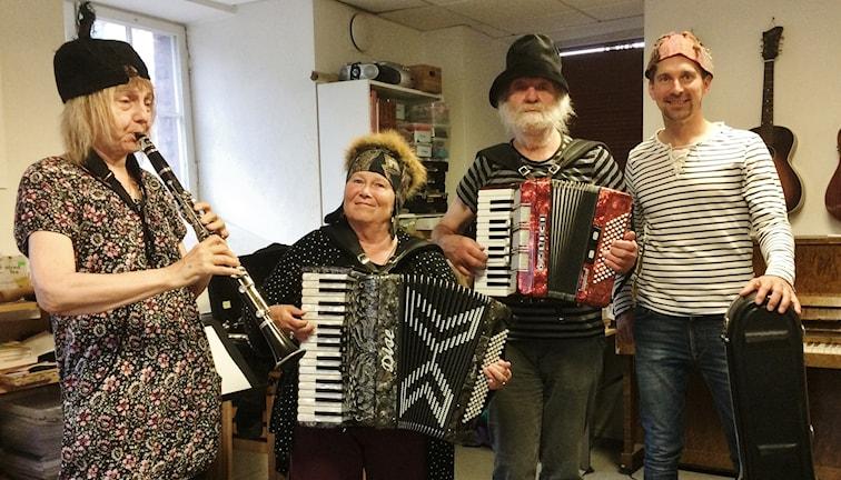Metsäkukkia- bändi, keskellä Raija Kurttila