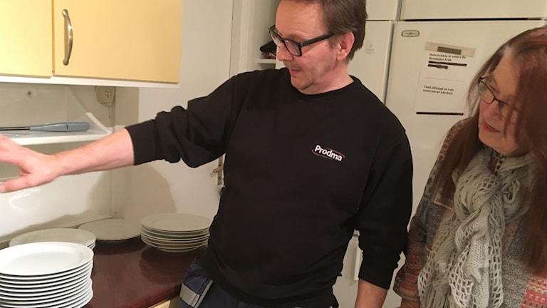 Seppo Torvinen ja Anja Vehkaperä mittaavat lautaspinoja Suomiseuran toimitalolla Mariestadissa