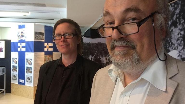 Taiteilija Hilda Kahra ja Emigranternas Hus-museon kehityspäällikkö Lars Hansson Suomalaiset Göteborgissa 1945-2018 näyttelyn avajaisissa.