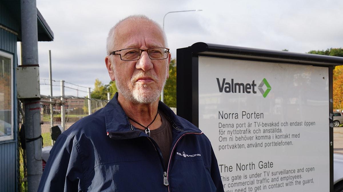 Pekka Vuoti entisen työpaikkansa, valimon, portilla.