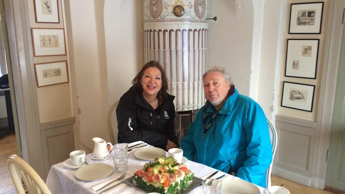 Soili Huokuna ja Risto Sarkola istuvat Wendela Hebben talon kahvipöydässä