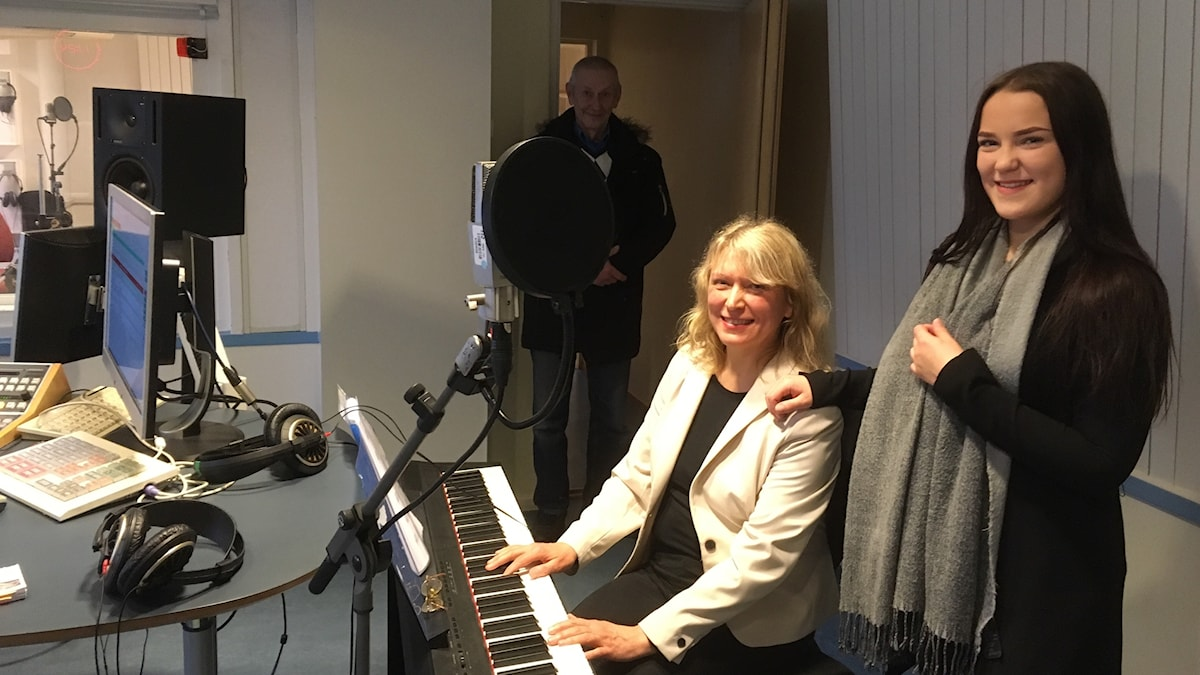 Emilia Ruottinen yhdessä isänsä Pentin ja äitinsä Irina Ostonen Ruottisen kanssa Kohtauspaikan studiossa Uddevallassa, äiti säestää pianolla ja Emilia laulaa, isä kannustaa etäämmältä