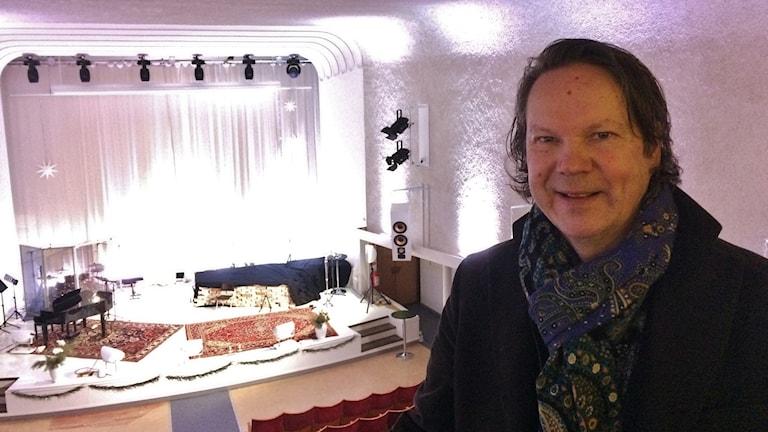 Samuel Siitonen, House of Gospel-talon toiminnanjohtaja talon lehterillä. Taustalla valoisa näyttämö eli esiintymislava.