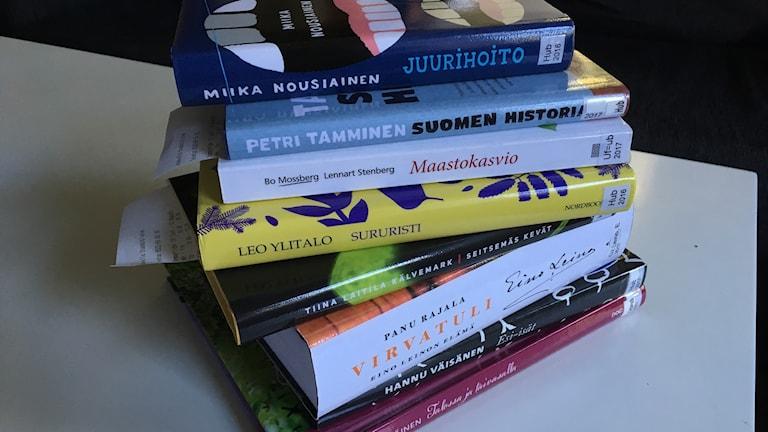 Vino pino uusia kirjoja pöydällä