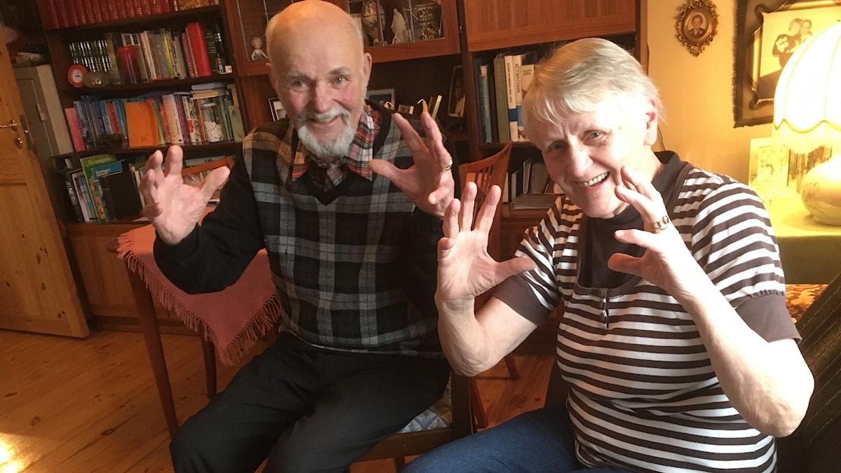 Reijo Ja Eeva Liisa Minkkinen näyttävät kesäisten kurpitsojensa mittoja
