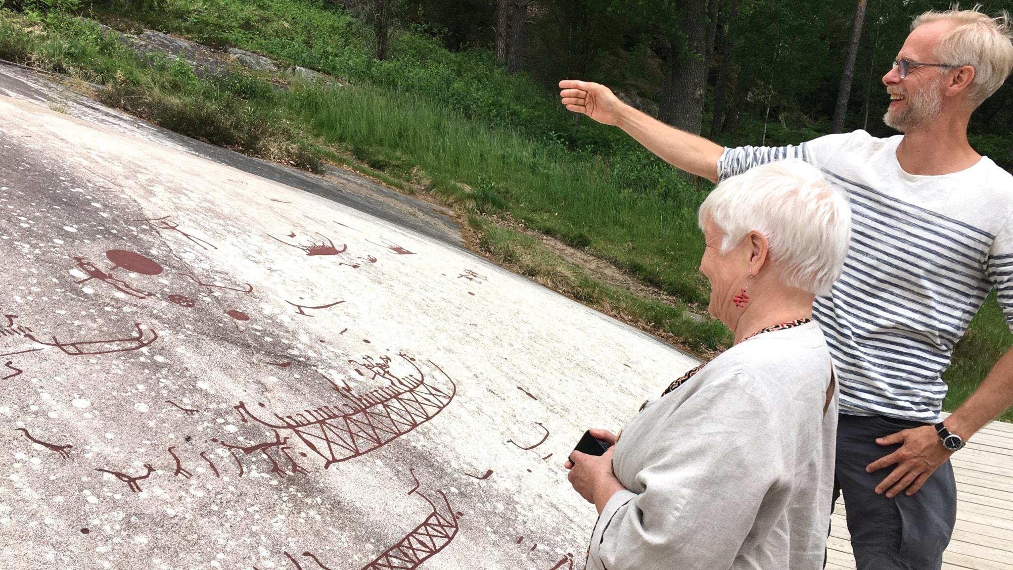 Hilkka Lappela ja Hans Lundenmark Tanumin kalliopiirroksia ihailemassa.