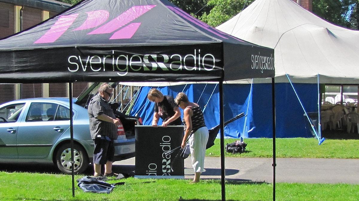 Axevallan kesä 2015: Montako toimittajaa tarvitaan teltan nostoon? Teamwork för tältet! Kuva/Foto: Anna Tainio, SR Sisuradio