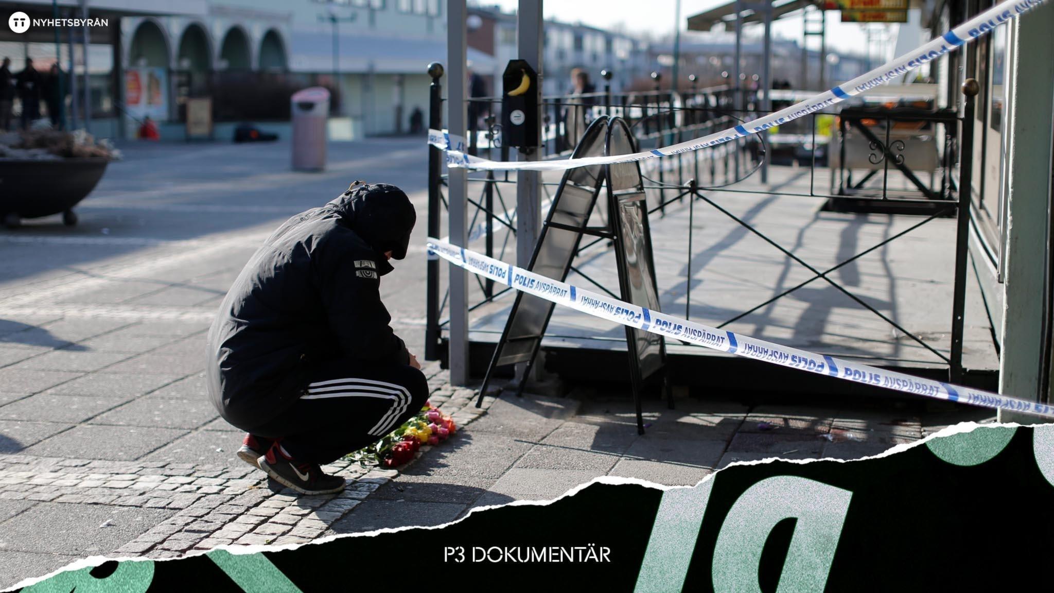 Kille hukar sig vid blommorna utanför avspärrningarna på Vår Krog & Bar.