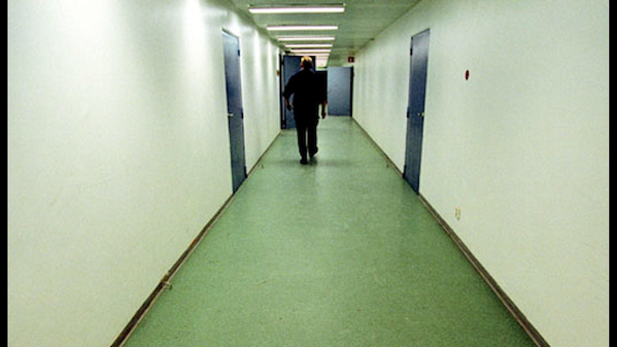 En vårdare går genom en fängelsekorridor vid anstalten i Österåker. Foto: Mikael Sjöberg / SCANPIX