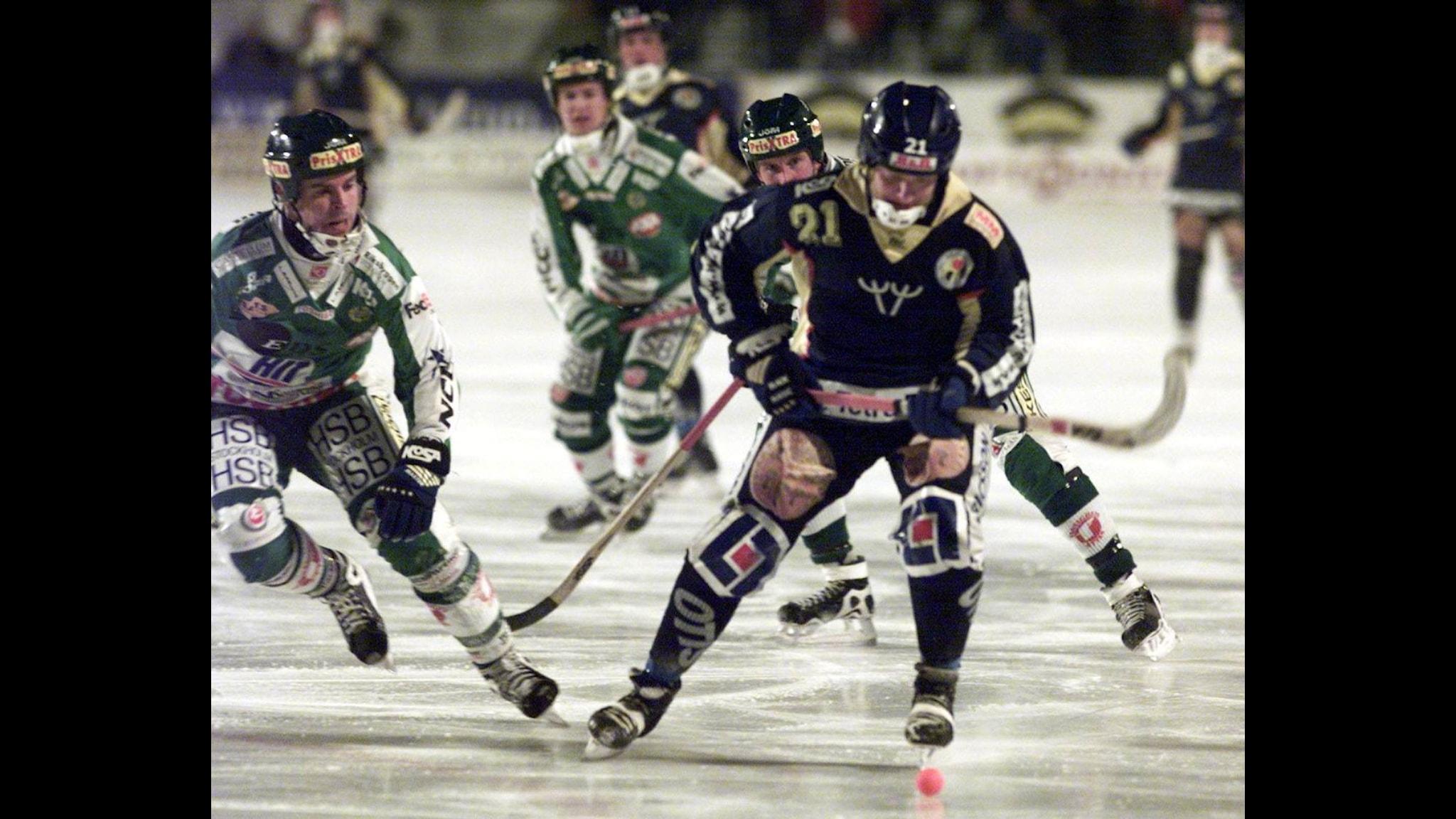 Spelare i IF Boltic under en match i blåa dressar. Foto: SCANPIX