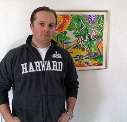 Carl-Eric Björkegrens son Carl Björkegren med en tavla målad av fadern. Foto: Anton Berg/Sveriges Radio
