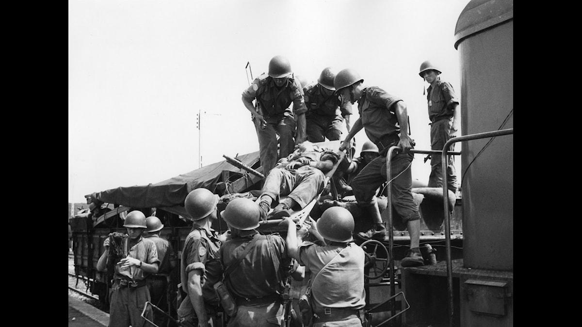 De första bilderna från striderna söder om Luena då tre svenskar ur FN-bataljonen i Kongo skadades. Här förs en av de sårade ombord på tåget. FOTO: SVT BILD