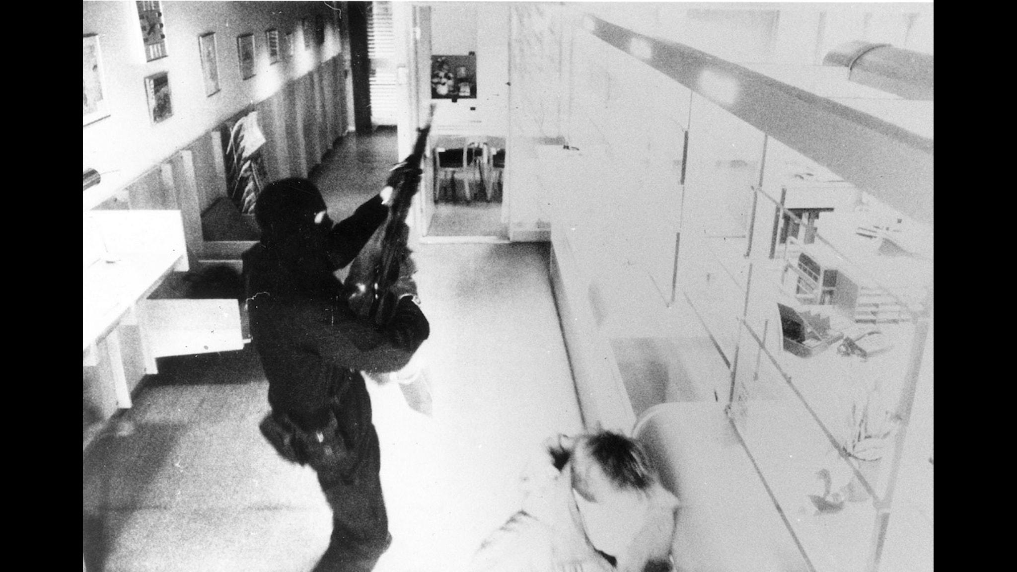 Bild från Handelsbankens övervakningskamera som visar en ur medlemarna i militärligan vid dubbelrånet i Ösmo. Posten och Handelsbanken rånades på exakt tre minuter Foto: Bankens kamera: SCANPIX SWEDEN