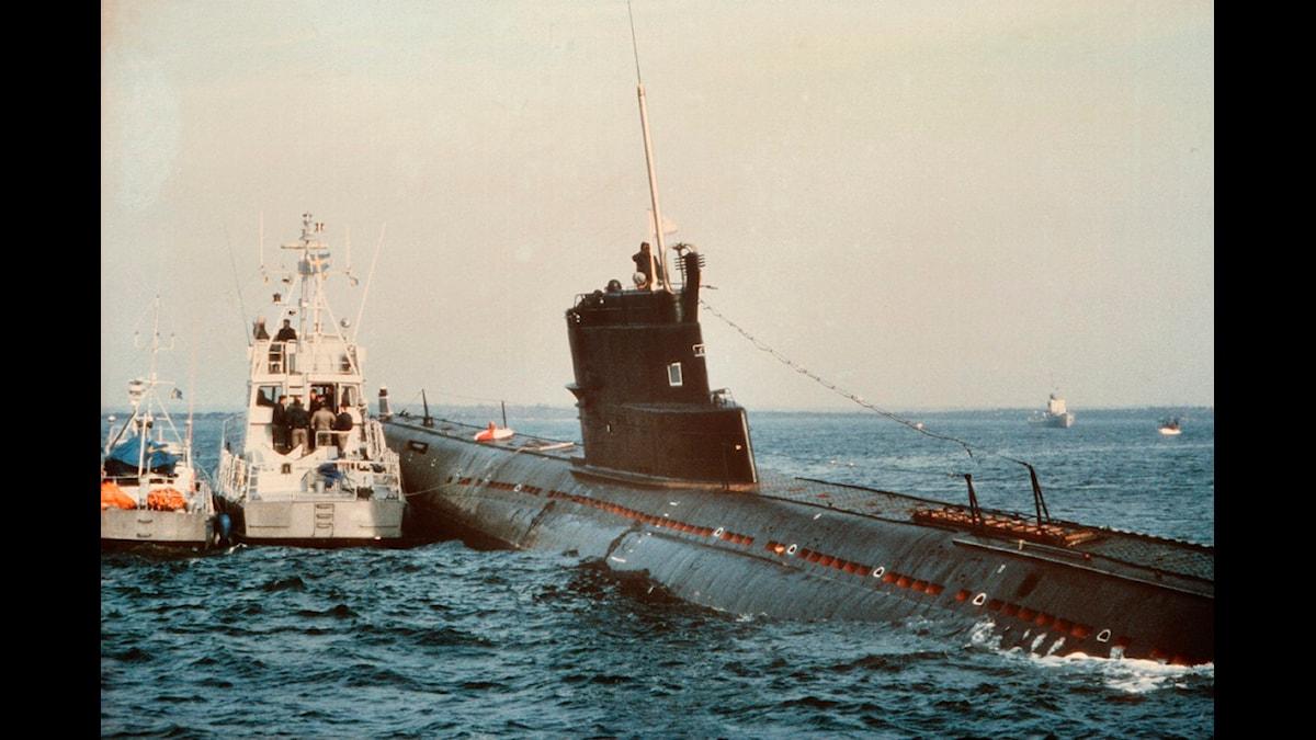 """u-137 sovjetisk u-båt av äldre modell grundstött i karlskrona skärgård efter """"felnavigering""""."""