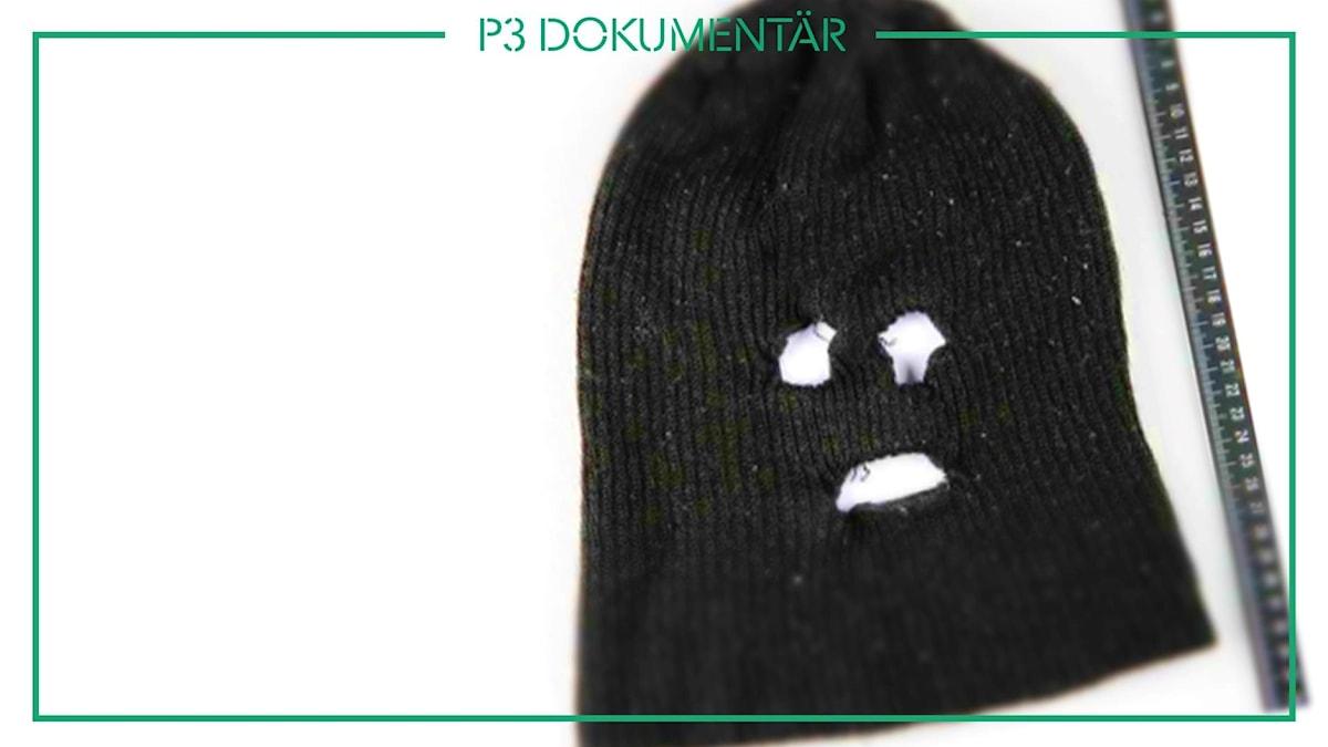 Bild från förundersökning på en svart mössa med hål klippta för ögon och mun.