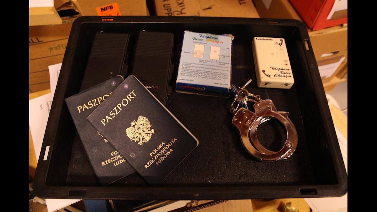 Falska polska pass, handbojor, röstförvrängare och komradioapprater. Foto: Carl-Magnus Helgegren.