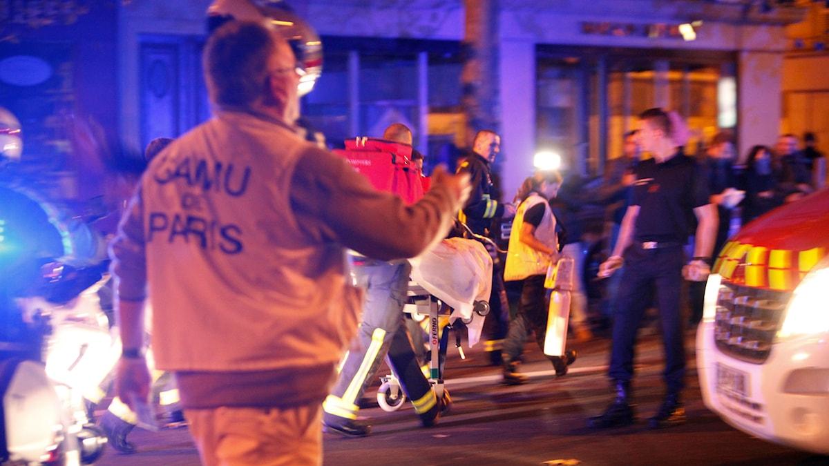 Personer evakueras från konsertlokalen Bataclan under terrordåden i Paris i november 2015.
