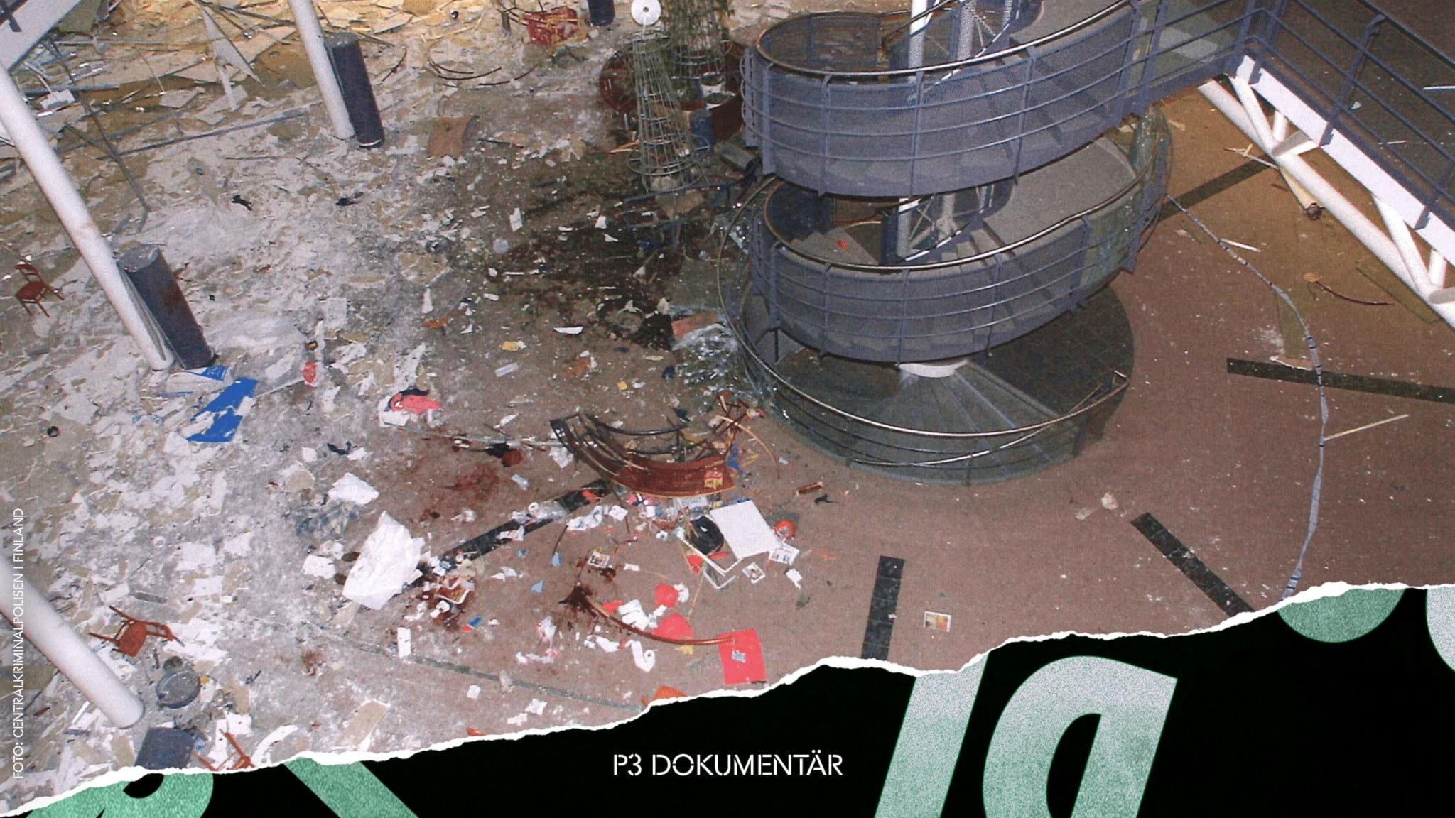 Kaoset efter explosionen i Myyrmanni. Blod och trasiga saker på golvet.