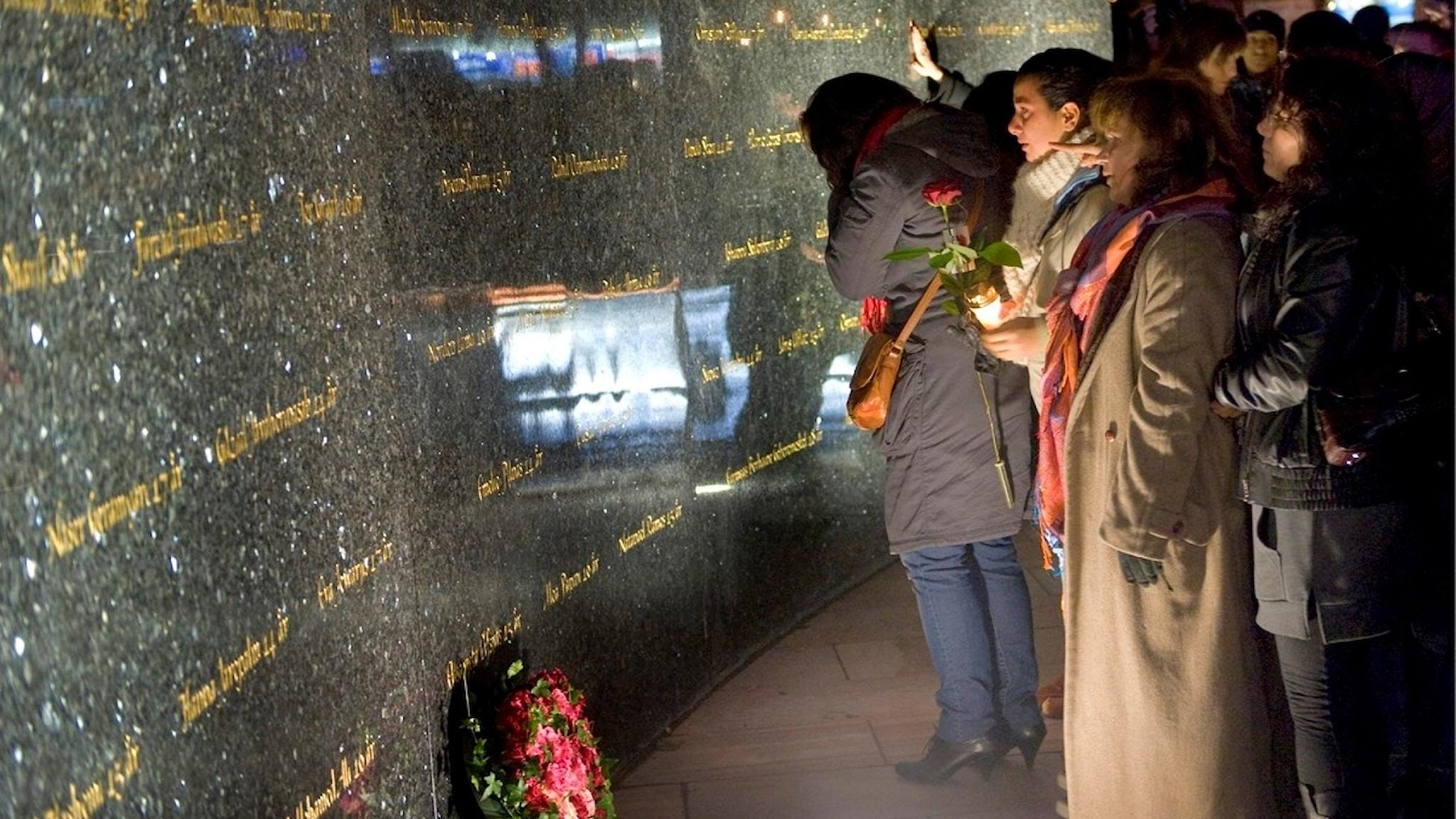 Brandkatastrofen på Backaplan i Göteborg där 63 unga dog. På brandplatsen avtäcktes ett nytt minnesmärke och en minnesceremoni hölls. FOTO Björn Larsson Rosvall / SCANPIX