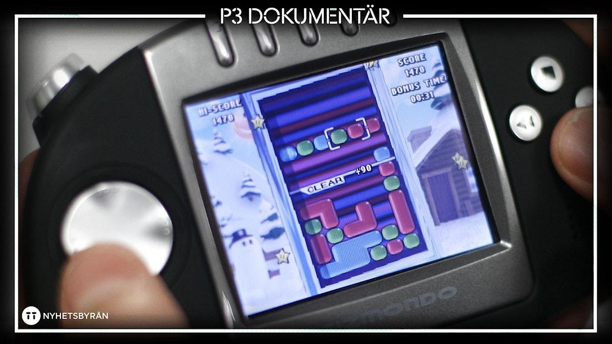 Bild av Gizmondo-kontroll som hålls av händer