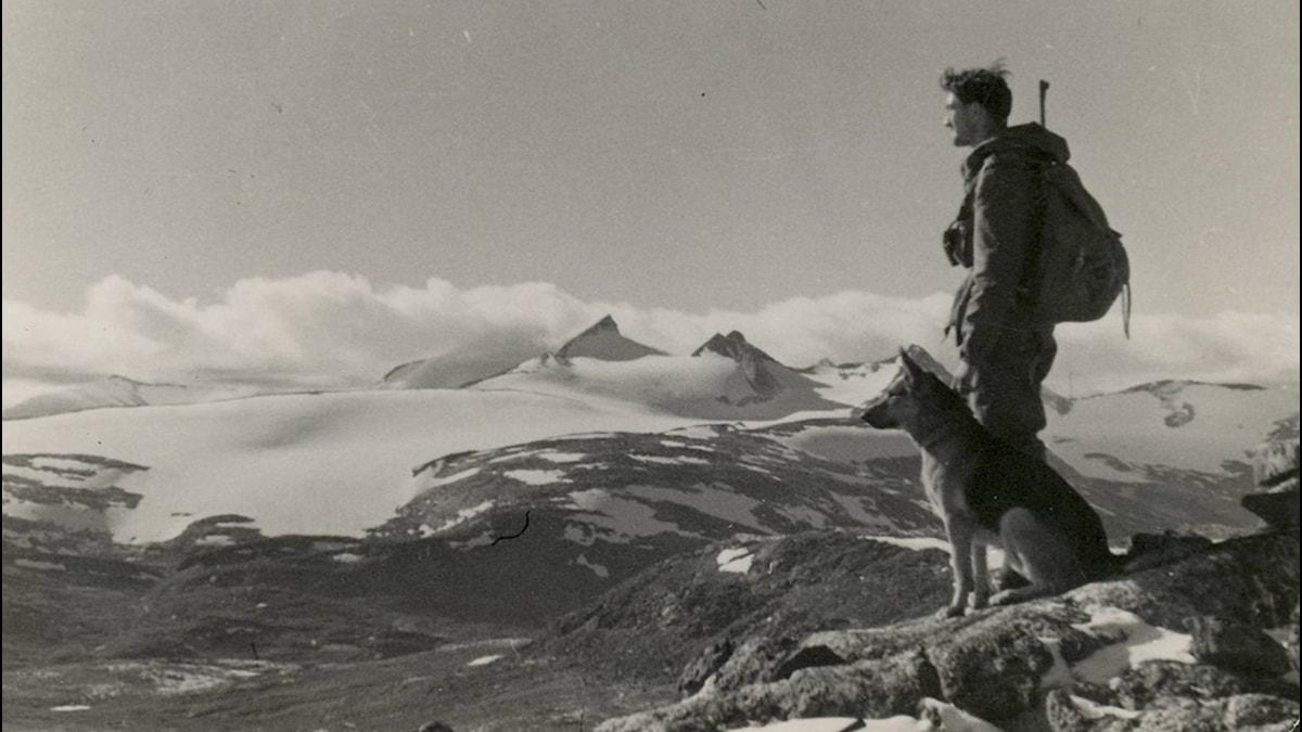 Norsk Sepals-jägarsoldat på patrull med hund i gränstrakterna Sverige-Norge.