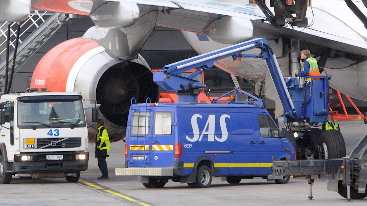 Flygplan lastas på Arlanda