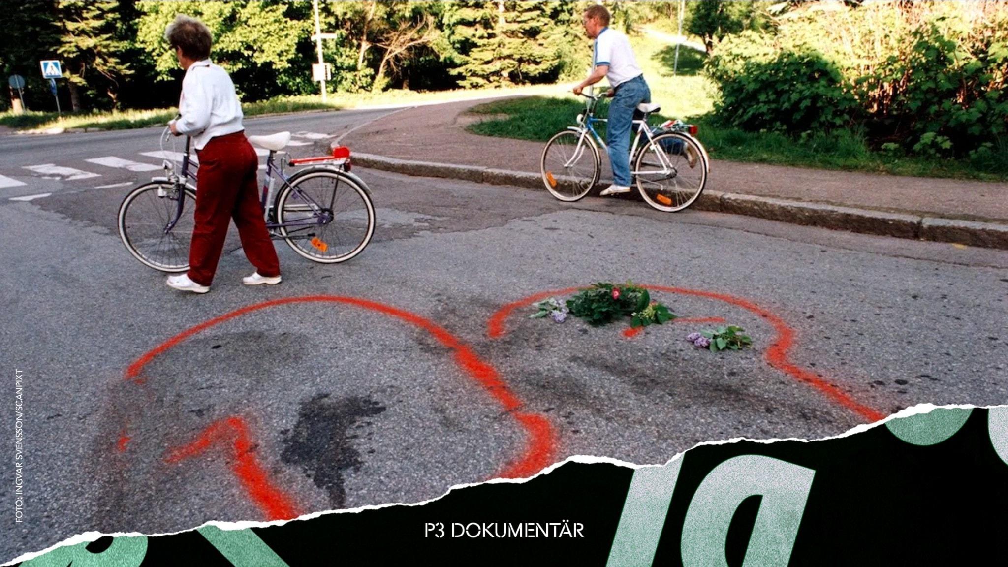 Två personer med cyklar vid platsen sju personer sköts till döds i Falun 1994. Det är blommor på marken.