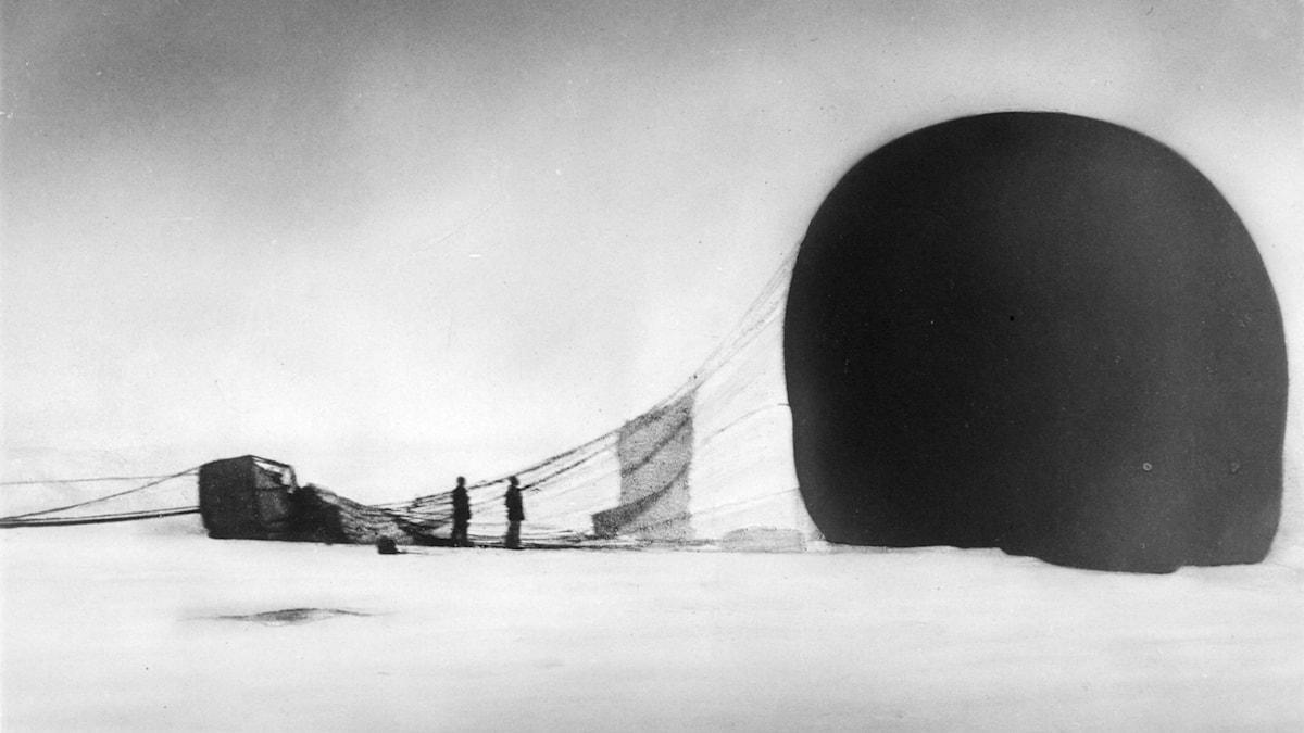 Örnen har landat. Troligen Nils Strindberg till vänster och Salomon August Andrée till höger. Bilden är beskuren.
