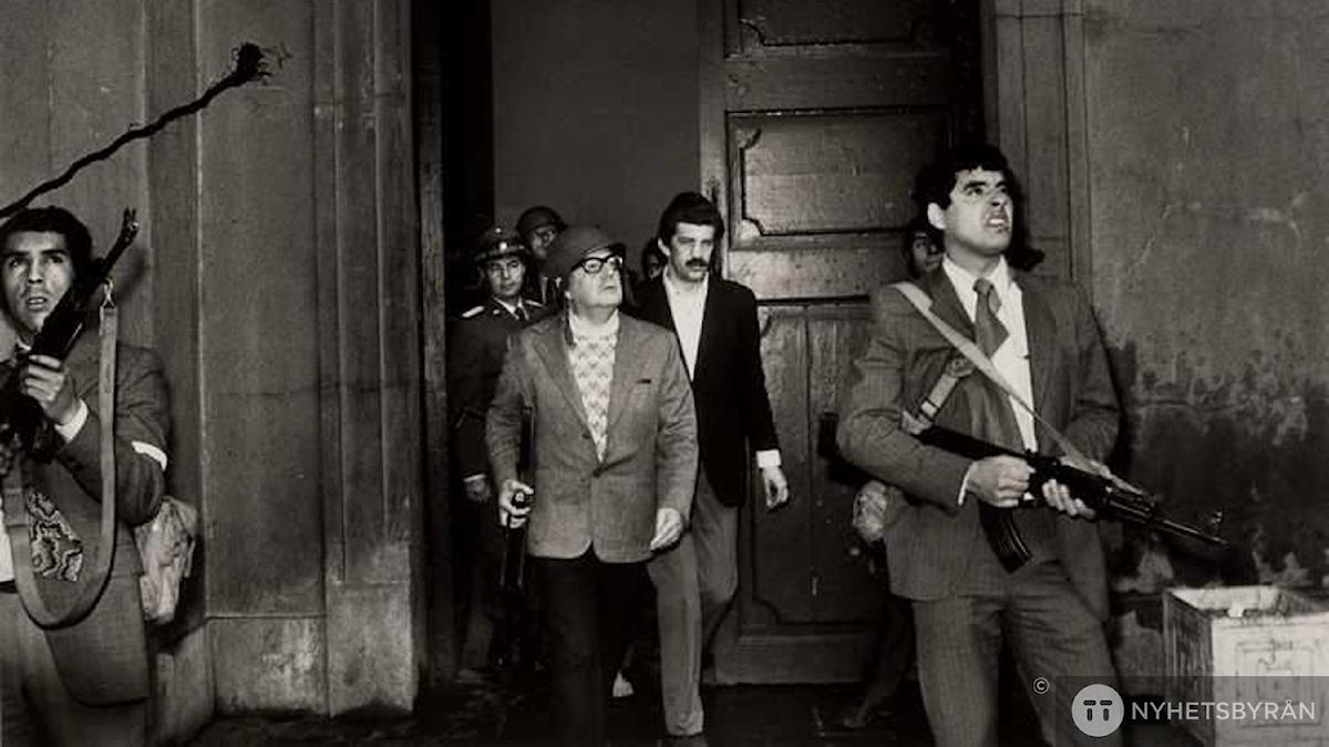 Salvador Allende, tillsammans med livvakter i Monedapalatset timmarna före sin död. Foto: New York Times / via AP code