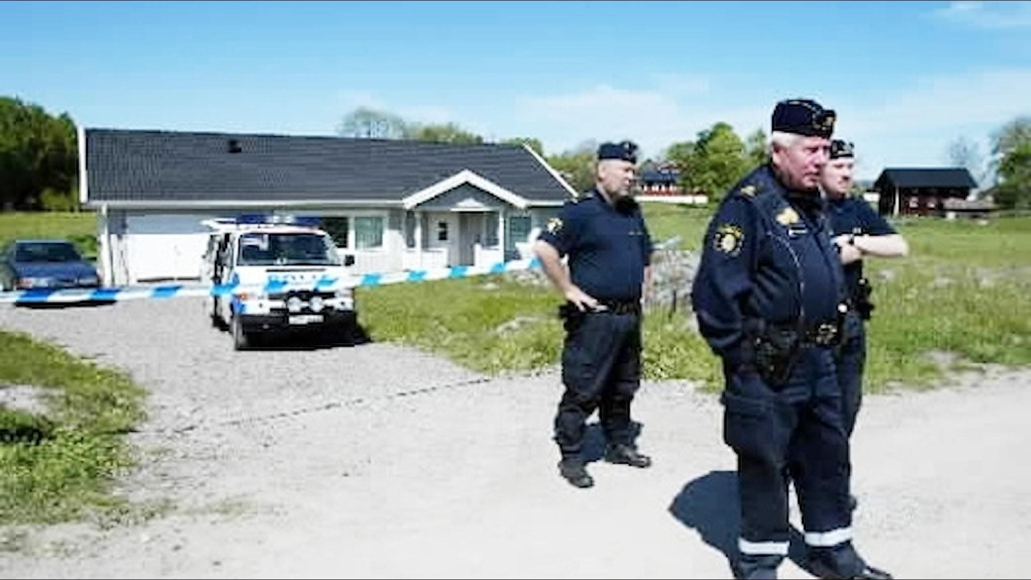 Poliser under Knutbymålet. Foto: Jessica Gow/Scanpix.