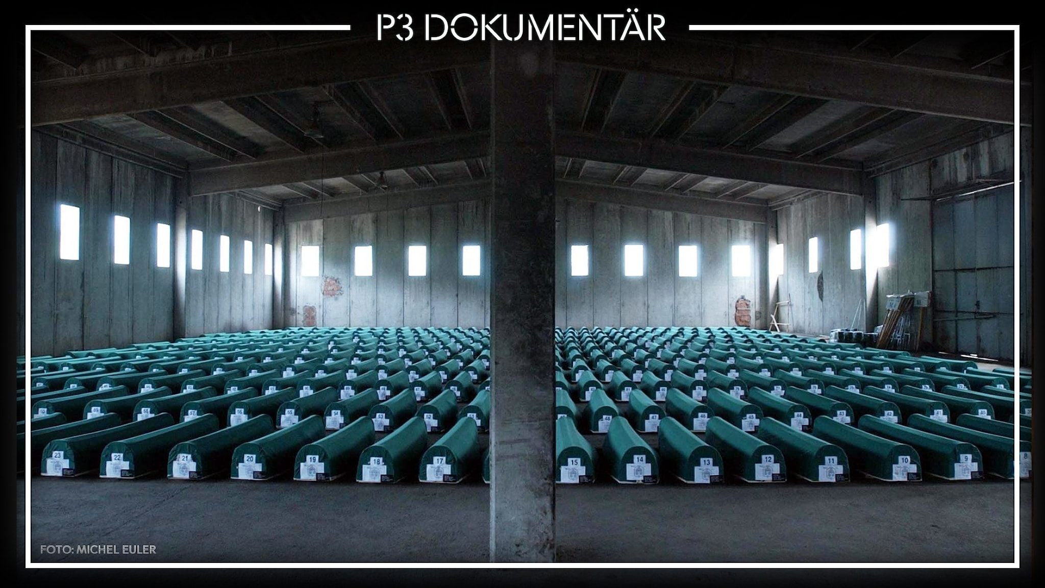 Bild av likkistor i sal, Srebrenica