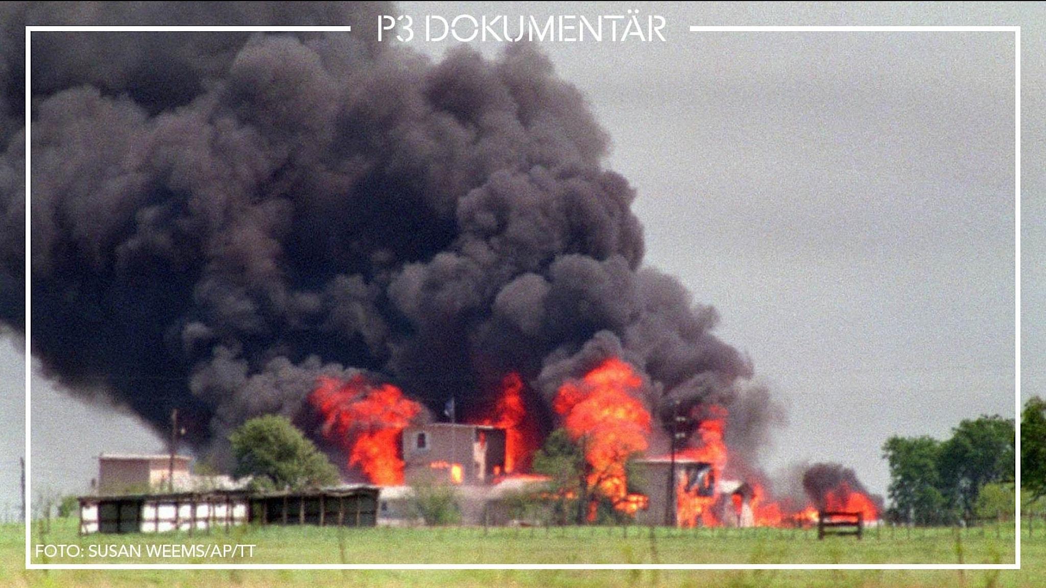 En brand i det stora komplexet Mount Carmel i Waco Texas. Stora röda lågor och mycket svart rök.