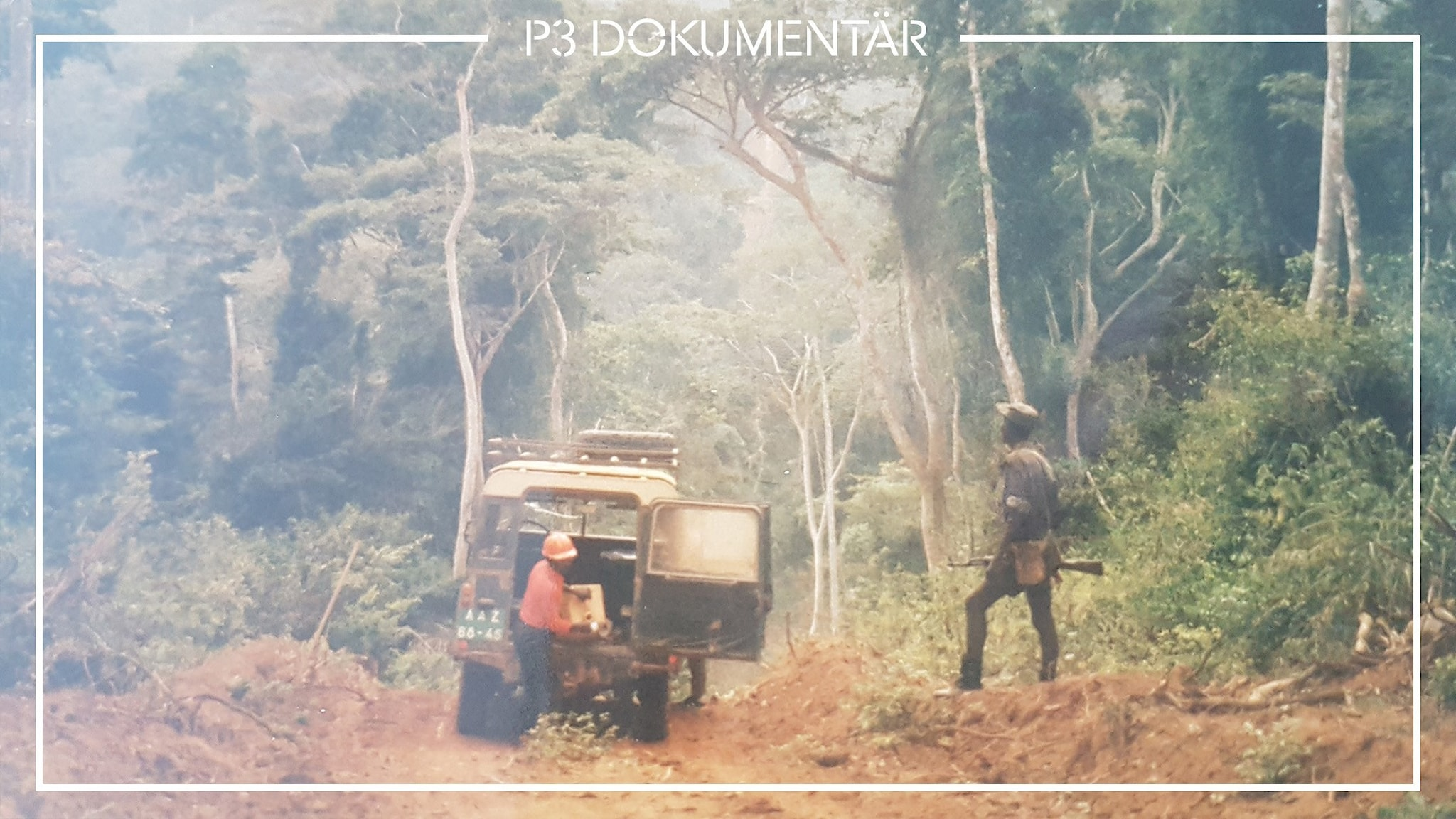 Två personer och en bil under biståndsarbete i Angola. Bilen är parkerad i djungeln.